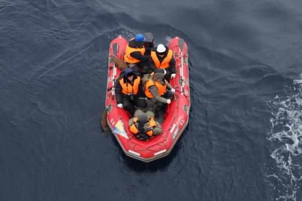 Российская инспекторская команда во время перехода на судно
